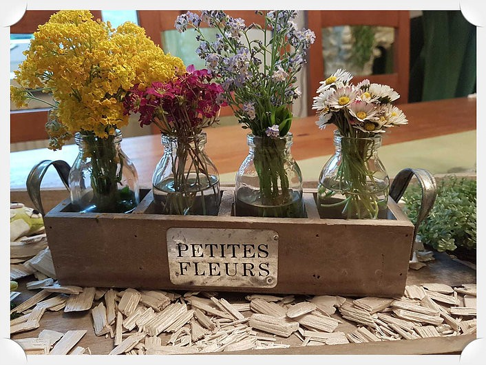 Frische Blumendeko für den Tisch
